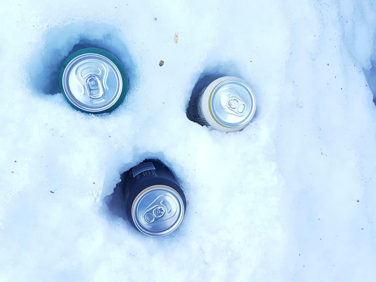 Lämmön siirtymisestä johtuen oluet jäähtyvät hangessa nopeammin kuin paljaalla pinnalla.