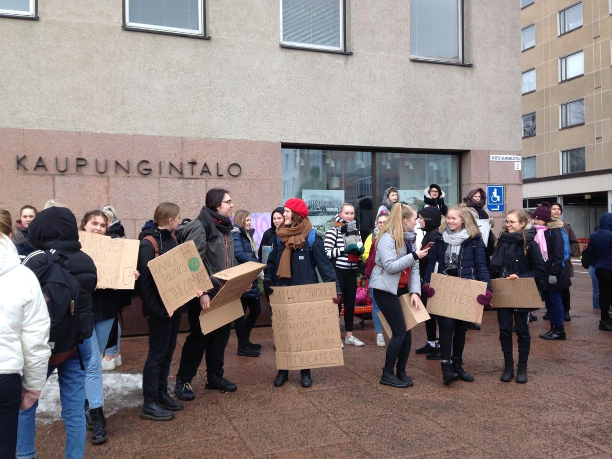 Ihmisiä Kotkan kaupungintalon edustalla.