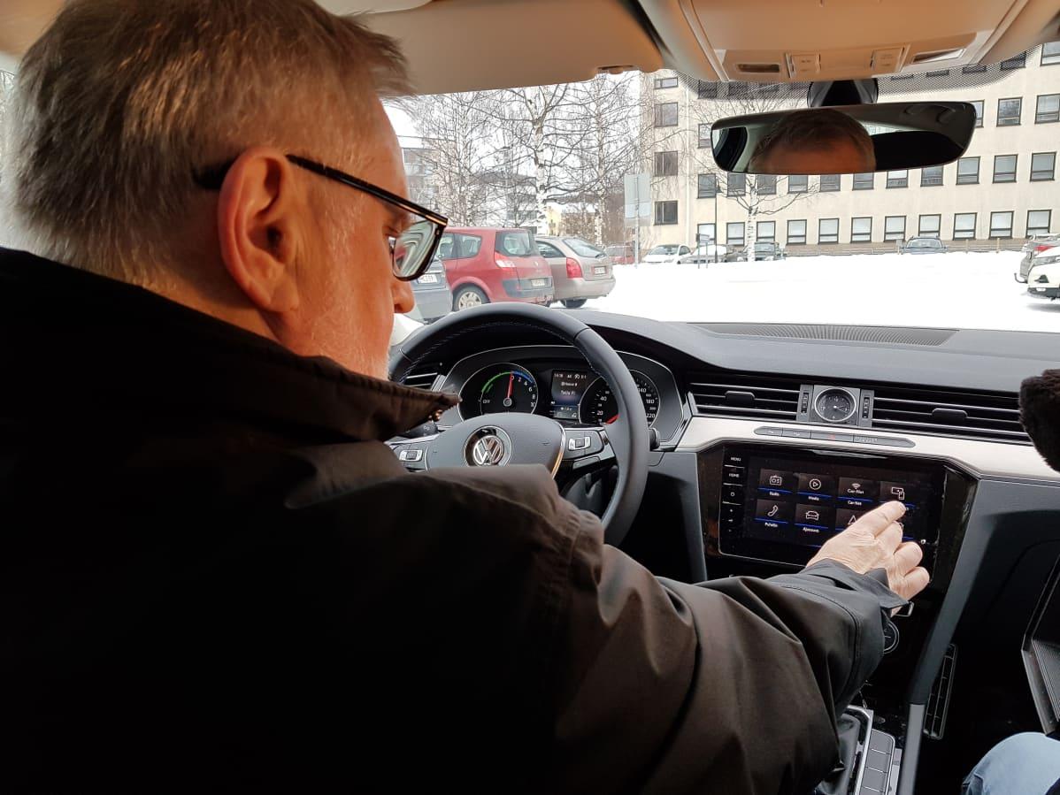 Rovaniemen kaupunginjohtaja Esko Lotvonen ajaa virka-autoaan, hybridi-Volkswagenia.