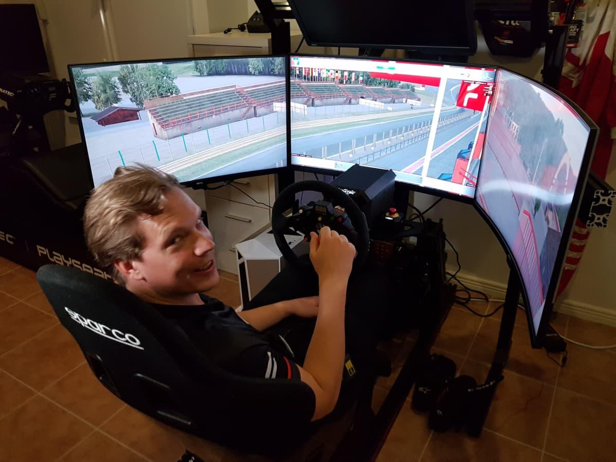 Kilpapelaaja Olli Pahkala ajosimulaattorissa.