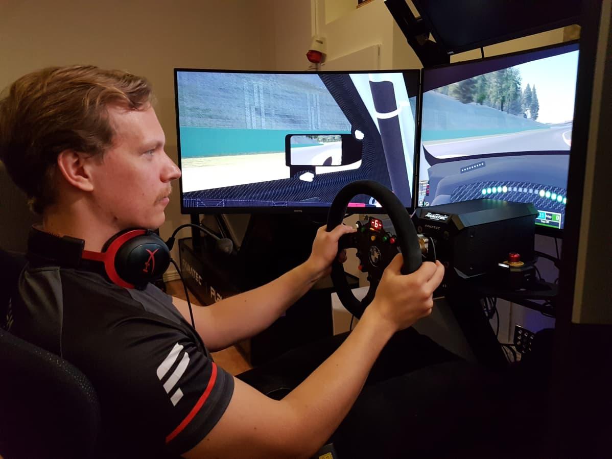 Kilpapelaaja Olli Pahkala ajaa ajosimulaattoria.