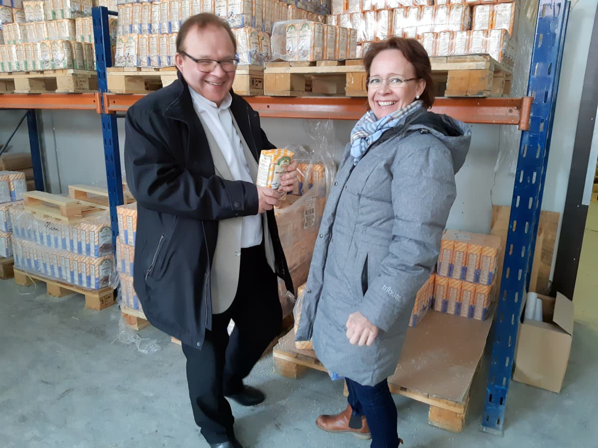 Kari Huikuri (vas.) jauhopaketti kädessä ja Anne Vänskä Liperin Myllyn jauhovarastossa.