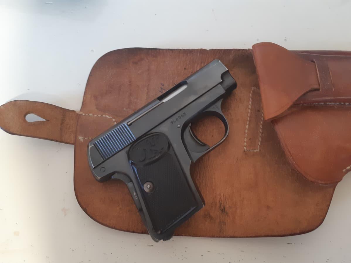 Browning-pistooli kotelon päällä