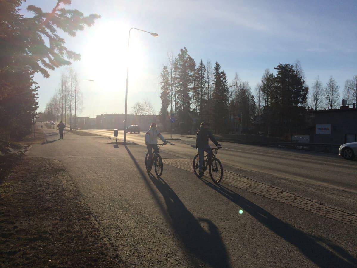 Pyöräilijöitä Kuopion Lehtoniementiellä.