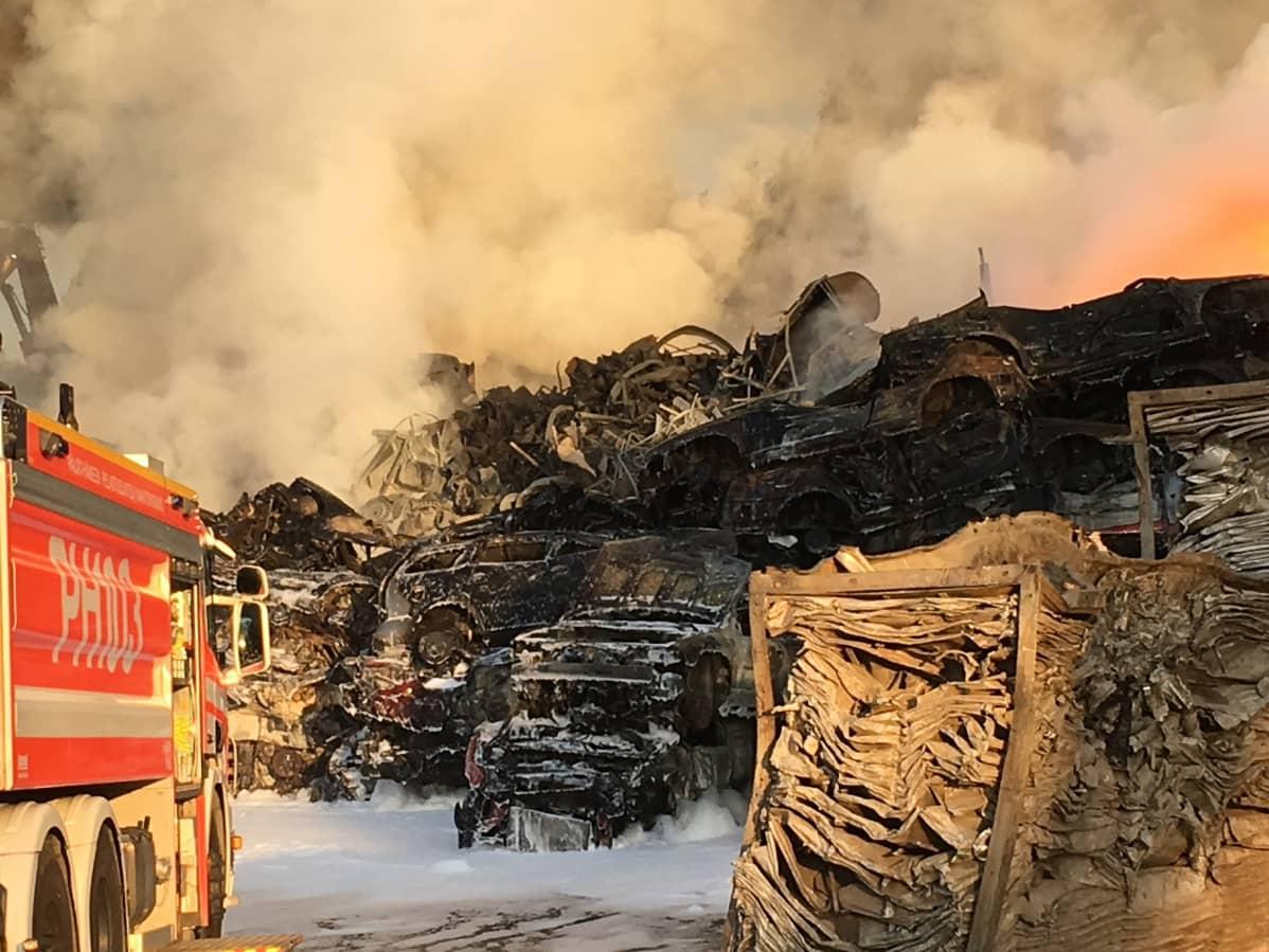 Romuautokasa palaa kierrätyskeskuksessa Heinolassa.