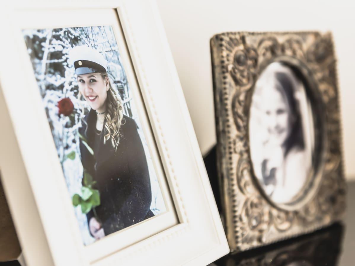 Amalia Paanasen ylioppilaskuva hyllyllä.
