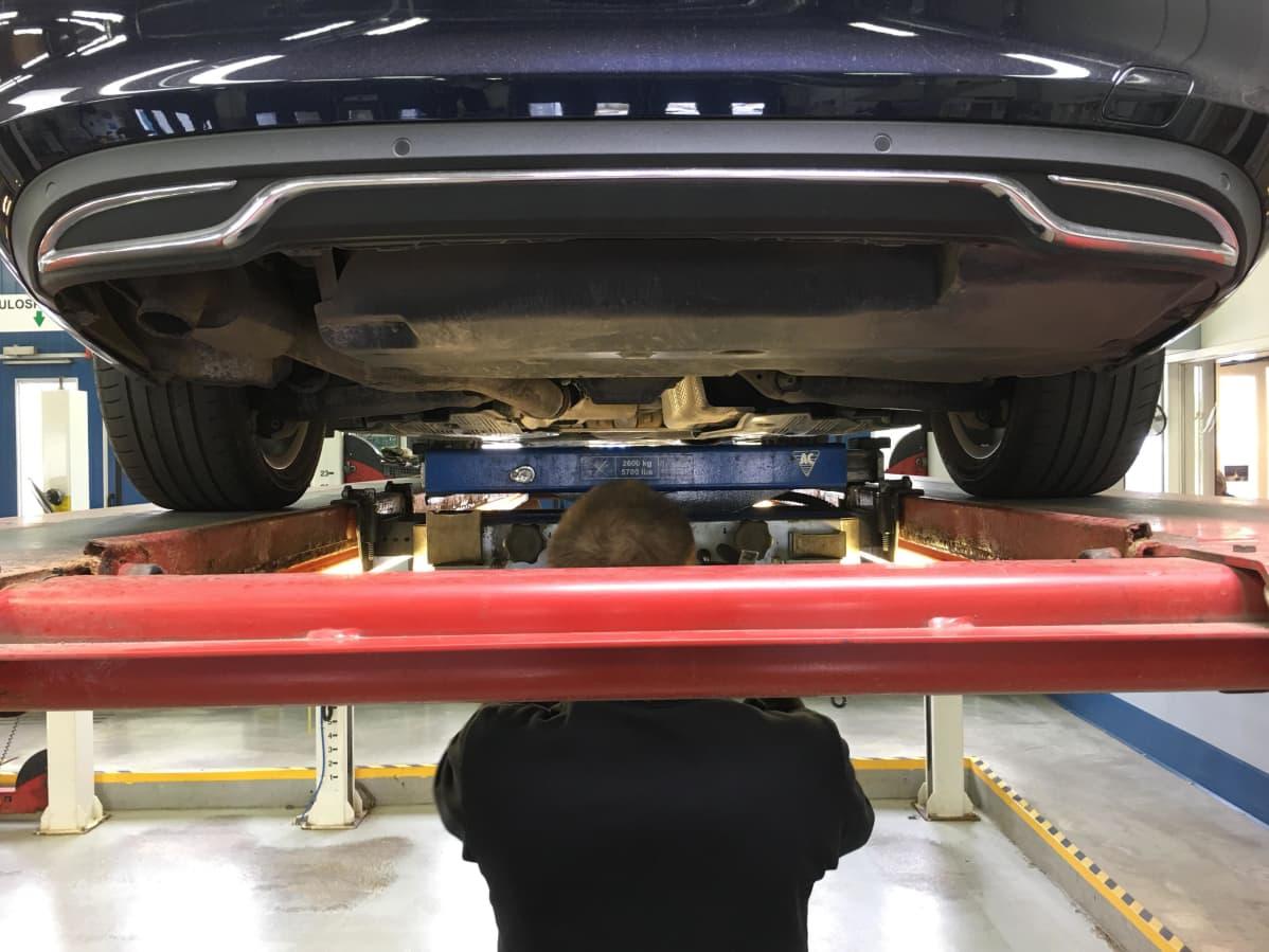 Katsastusasemalla tarkastetaan auton pohjaa