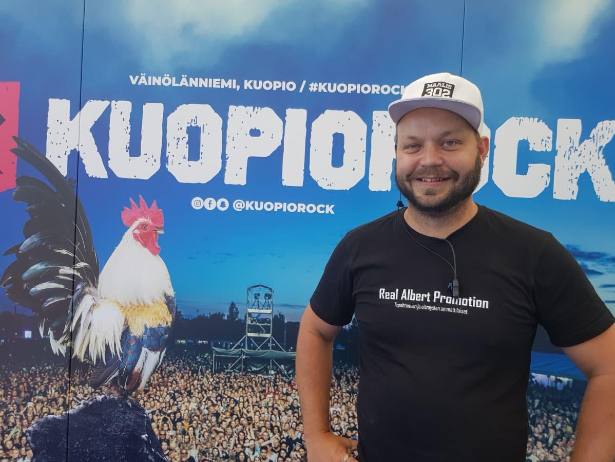 Kuopiorockin festivaalipäällikkö Allu Koskinen odotti porttien aukeamista hymyssä suin.