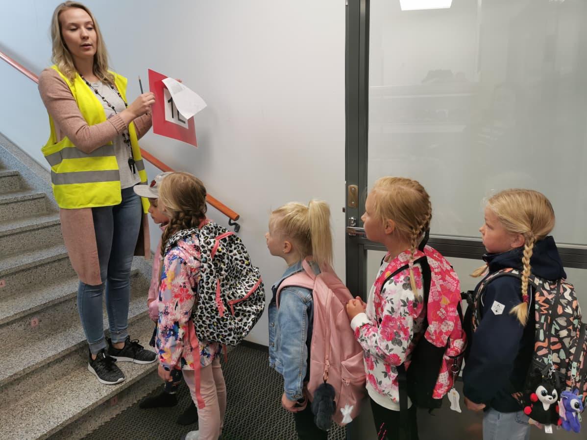 Koulunalku oppilaita jonossa