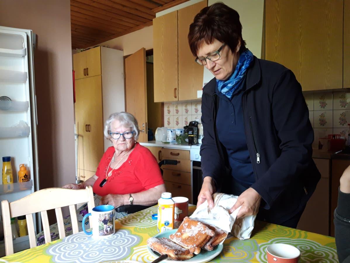 Paula Markko touhuaa tottuneesti Auli Pukkisen keittiössä.