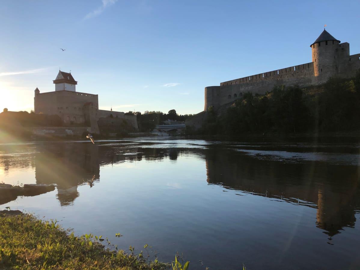 Narvan kaupungin erottaa venäläisestä Ivangorodin kaupungista vain kapea joki.