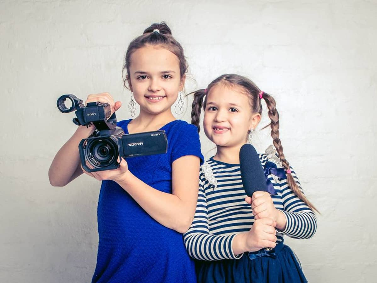Tubettajat Elina ja Sofia.