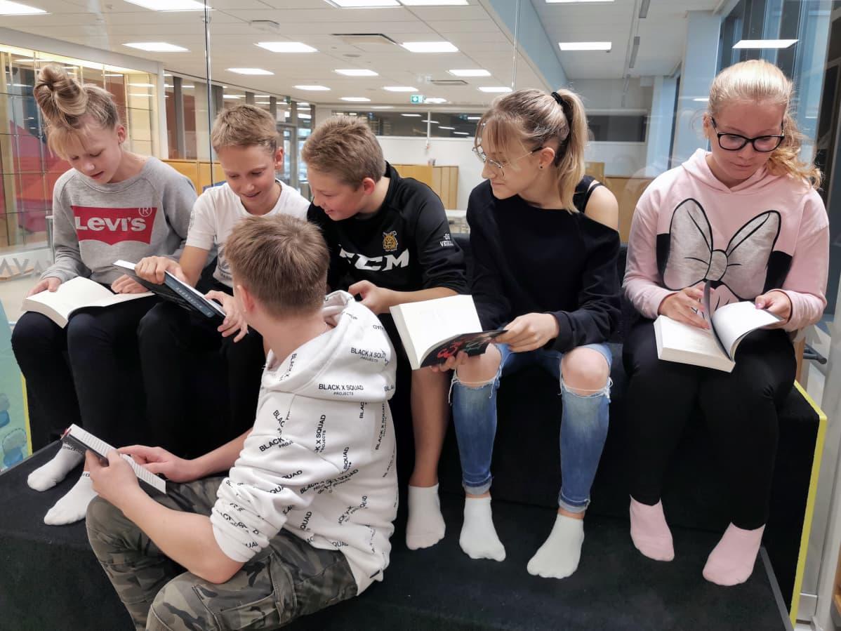 Nuoret lukevat kirjoja