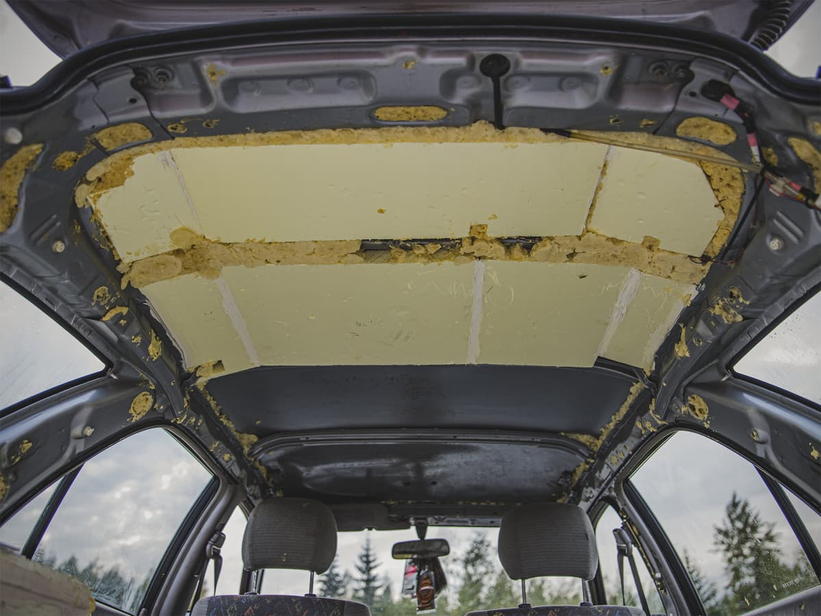 Auton katossa on uretaania ilman verhoilua.