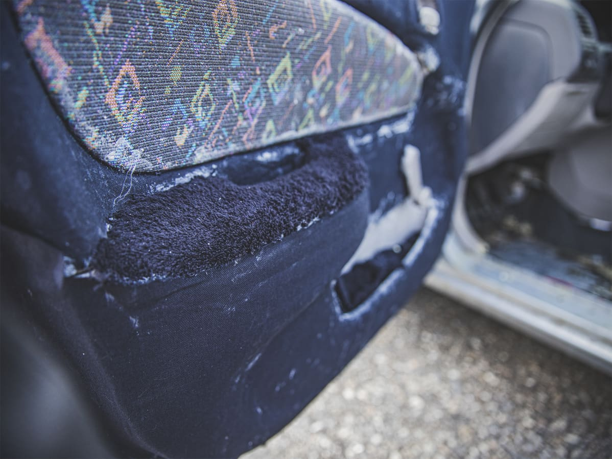 Sakun auton verhoilua on aloitettu mustalla puuvillakankaalla ja froteella.