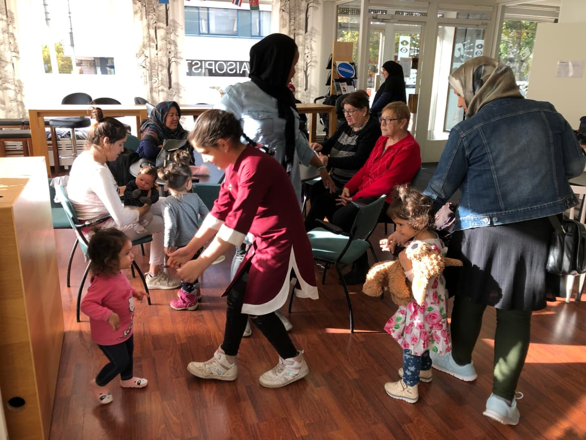 Mama's Cafén äitejä ja lapsia