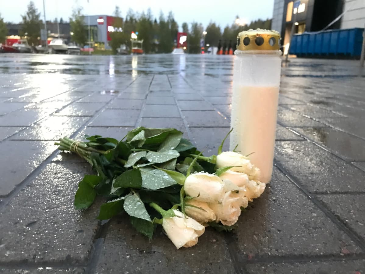 Kauppakeskus Hermanin pihaan tuotiin illalla kynttilä ja kimppu vaaleita ruusuja.