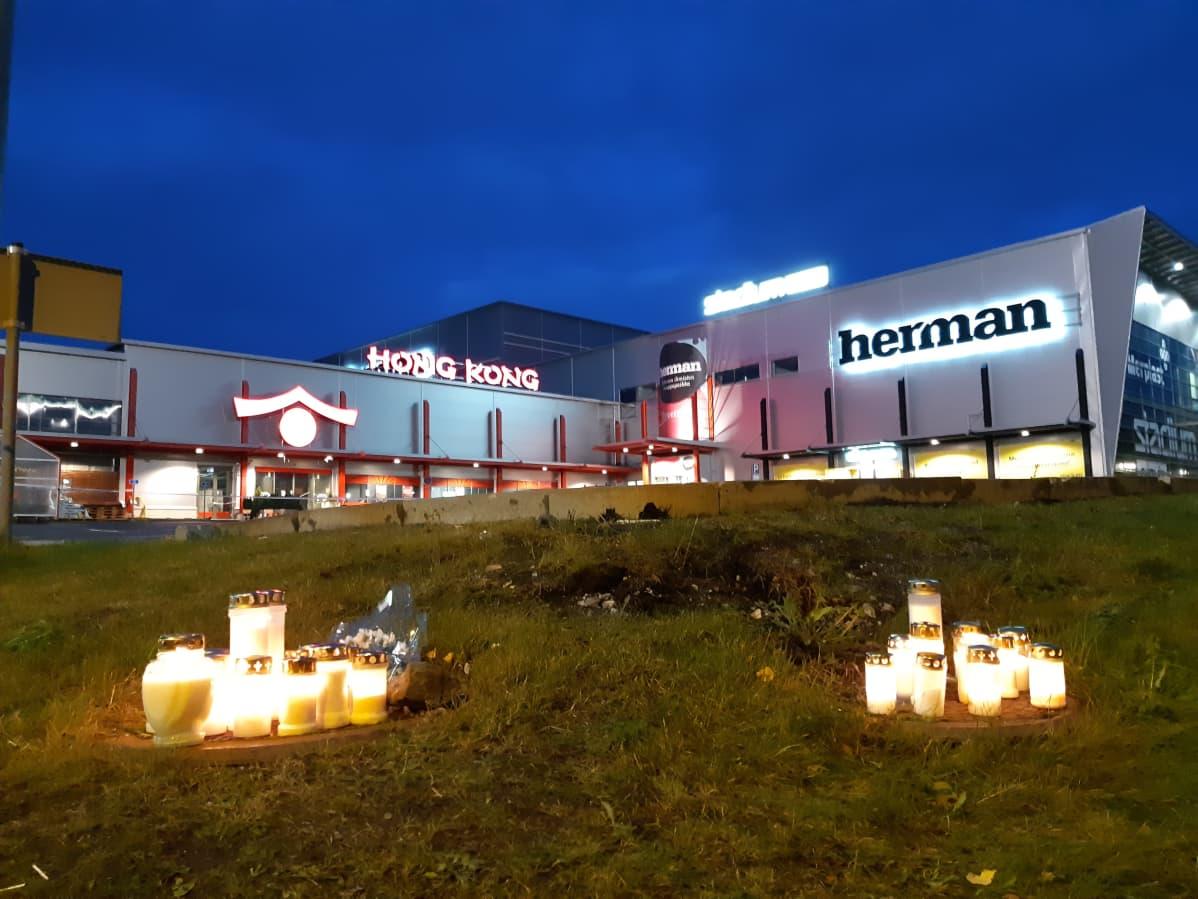 Kynttilöitä kauppakeskus Hermanin edustalla.