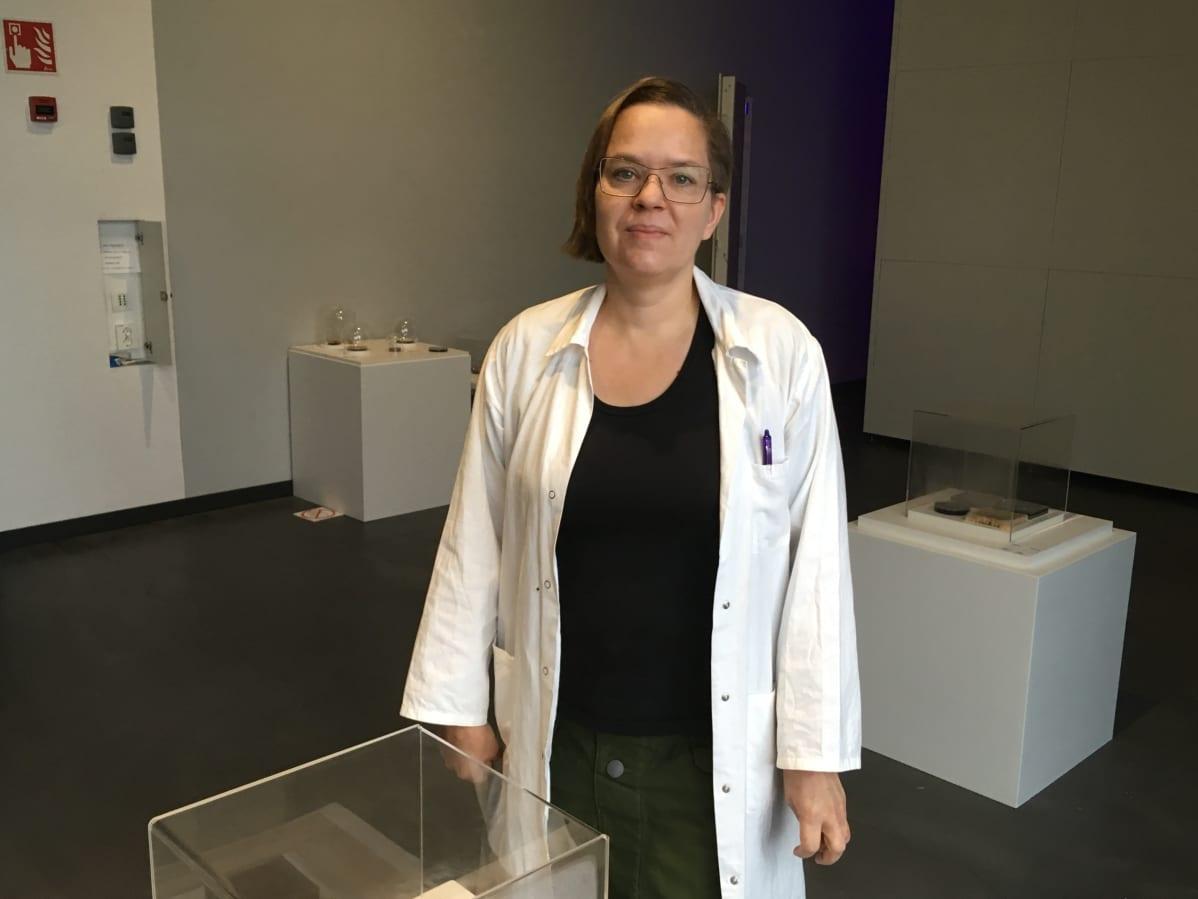 Visuaalinen taiteilija Johanna Rotko taidenäyttelyssään merikeskus Vellamossa Kotkassa.