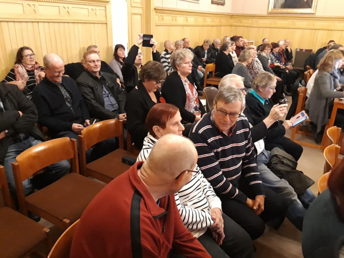 Yleisöä Kaskisten kaupunginvaltuuston kokouksessa.