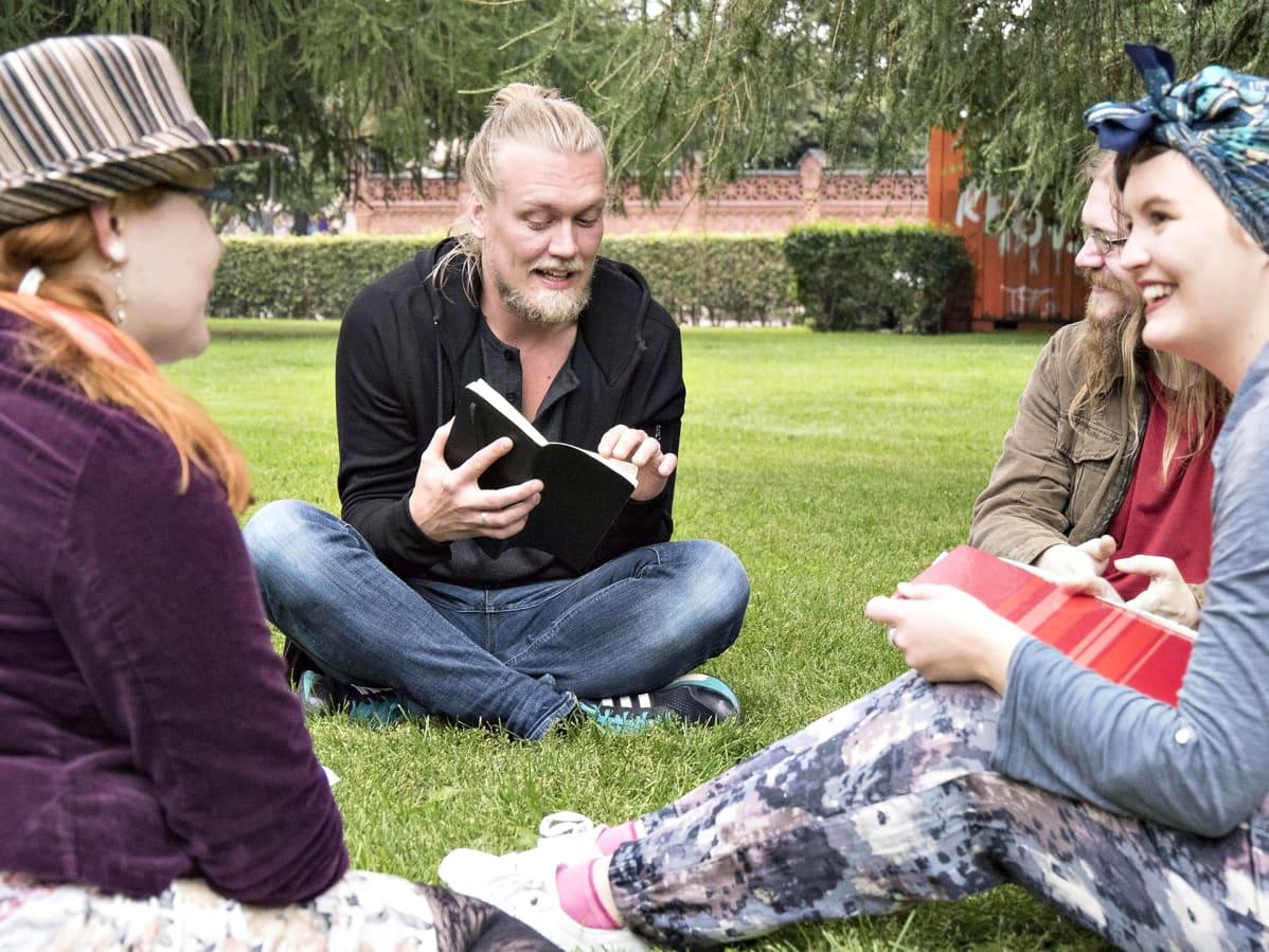 """Helsinki Poetry Connectionin open mic -tapahtuma kesällä 2017. Lukijana Joonas Sojakka, kuvassa äärimmäisenä oikealla Jonna """"Nihkee Akka"""" Nummela."""