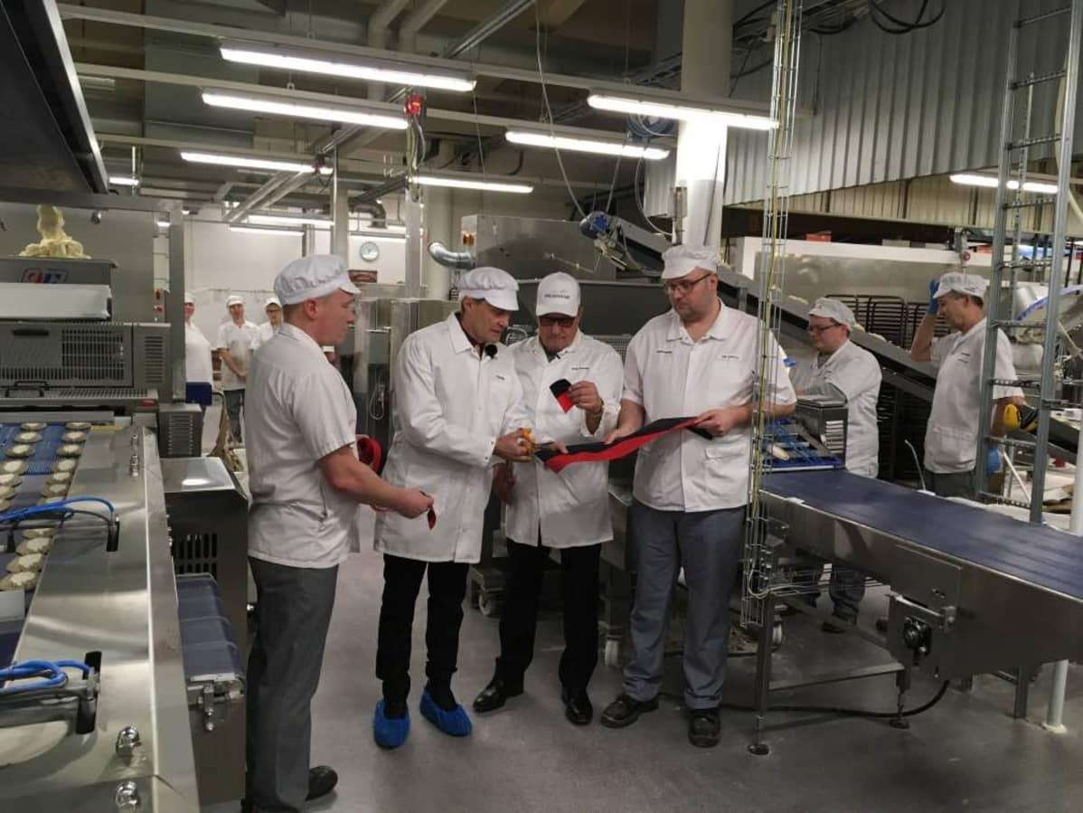 Nurmeksen kaupunginjohtaja Asko Saatsi leikkasi nauhan leipomoyrityksen uuden linjaston avajaisissa.