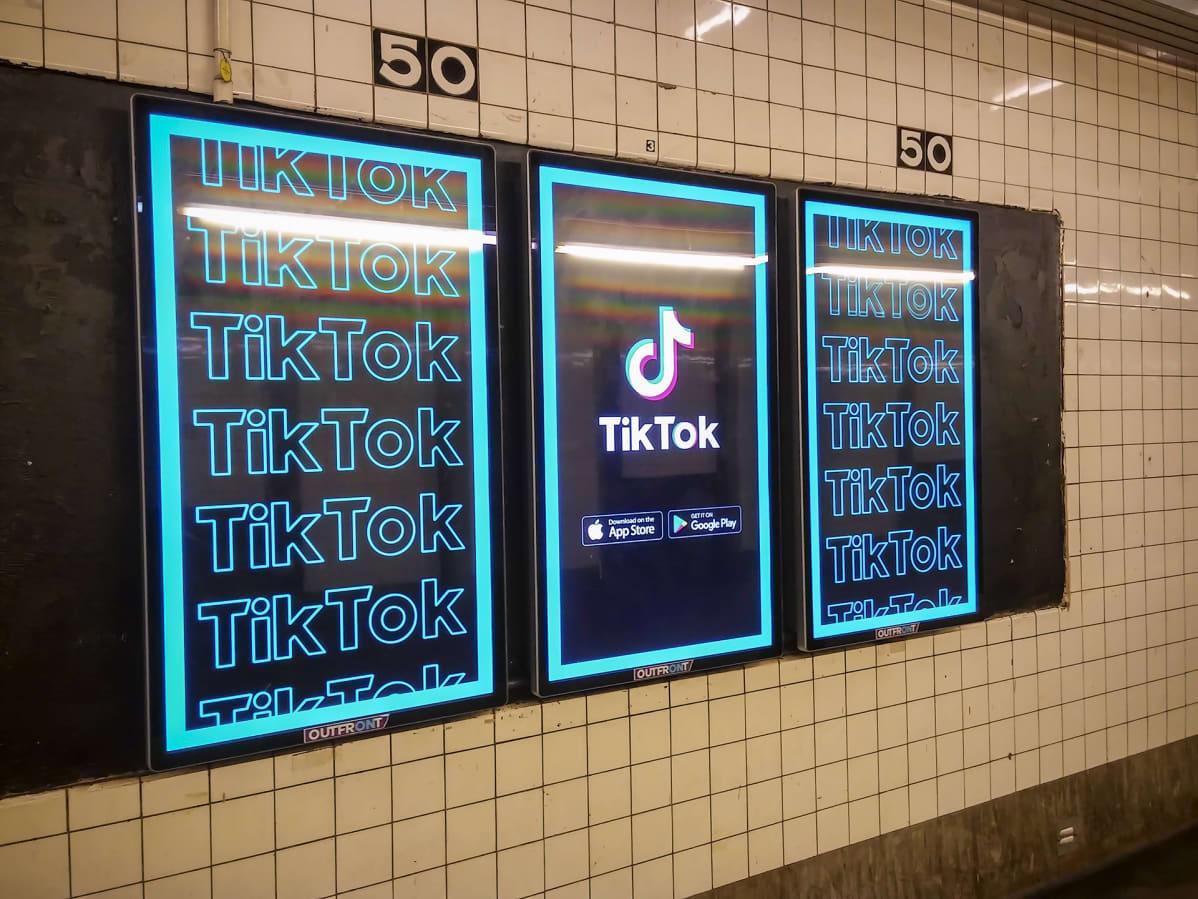 Tiktok mainoksia metroasemalla New Yorkissa.