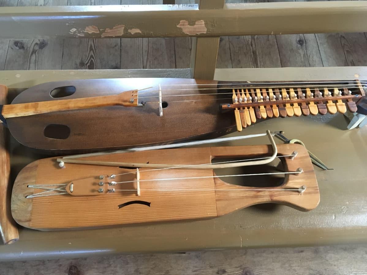 Ähtävän harppu eli esseharppa ja jouhikko kirkon penkillä.