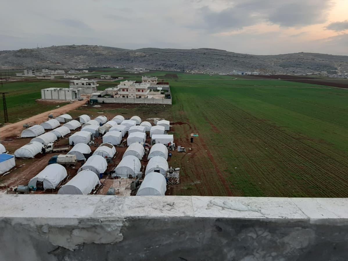 Sarmadan kaupungissa Syyrian Idlibin maakunnassa on paljon sotaa paenneita ihmisiä. Yhdessä teltassa tai asunnossa asuu useita perheitä.