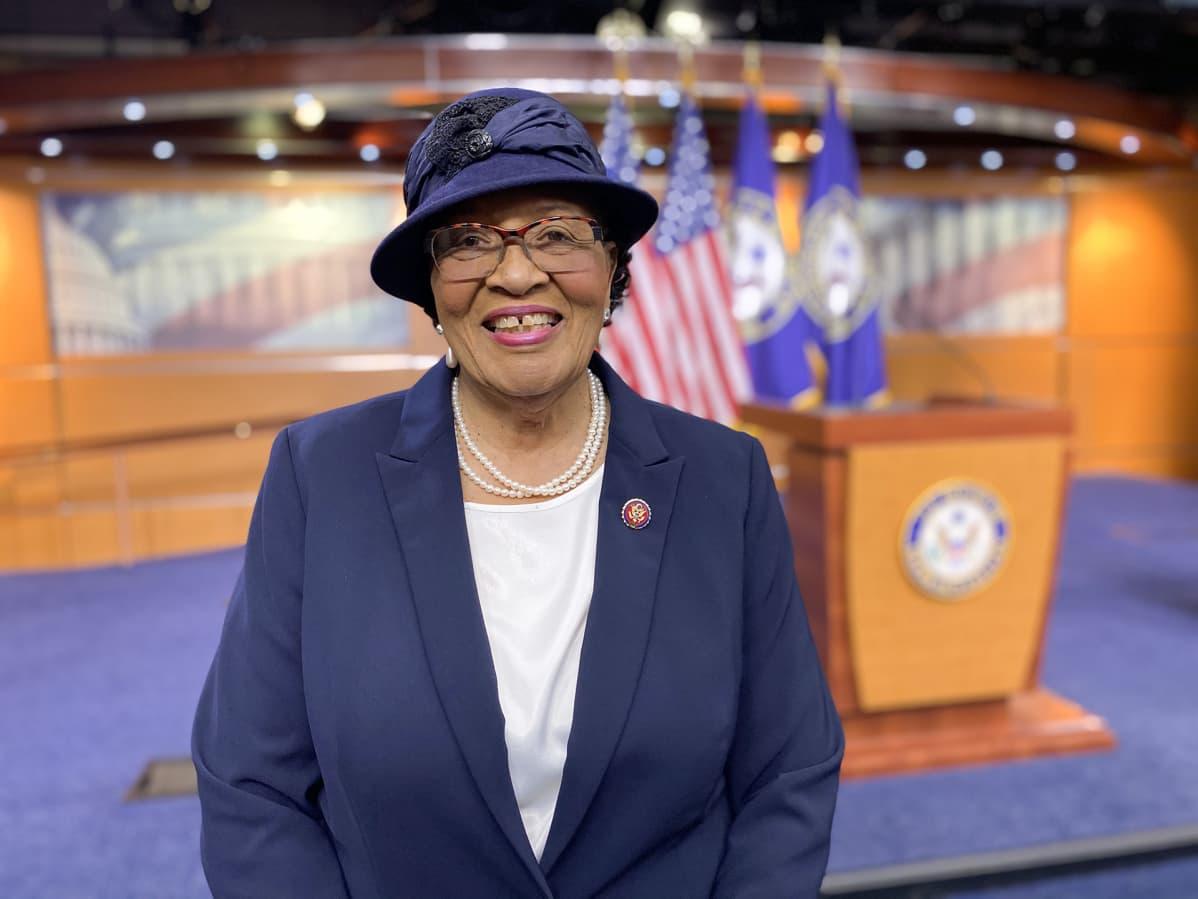 Kongressiedustaja Alma Adams sanoo Yhdysvaltain terveydenhuoltojärjestelmässä olevan rasismia, minkä vuoksi mustilla äideillä on moninkertainen riski kuolla valkoisiin verrattuna.