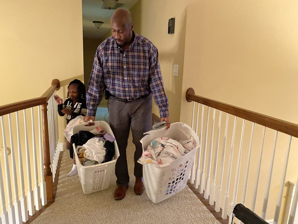 Serenity Mention ja muut tyttäret auttavat isäänsä kotitöissä.