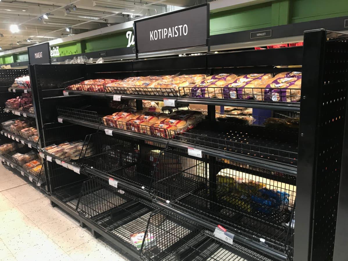Leivonnaishyllyt tyhjenevät nopeasti. Kuva helsinkiläisestä K-supermarketista kauppakeskus Arabiassa.