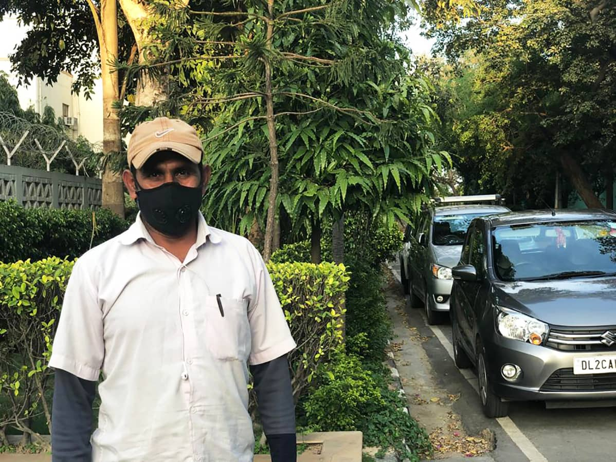 Hengityssuojaimeen pukeutunut mies intiassa.