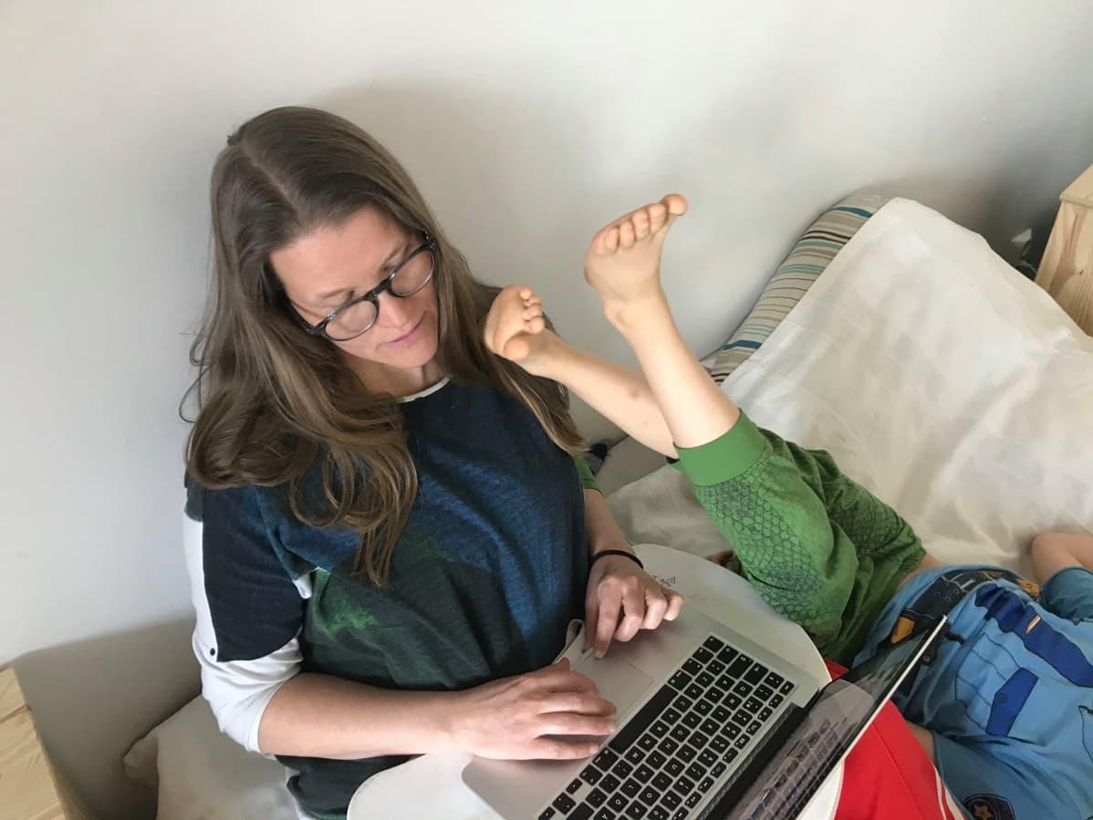 Näytelmäkirjailija Paula Salminen puskee tekstiä kotijoukkojen osallistuessa.