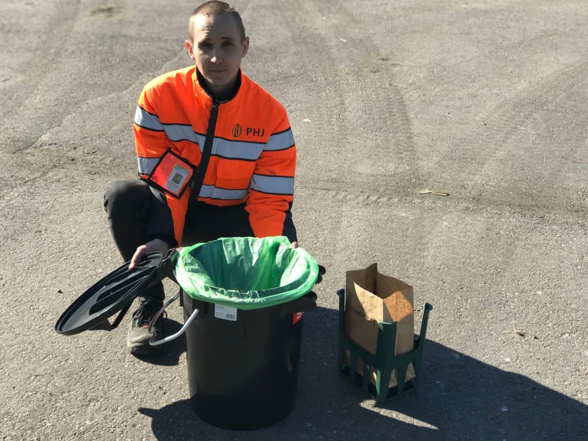 Jani Vehviläinen esittelee uusia biokimppa-astioita.