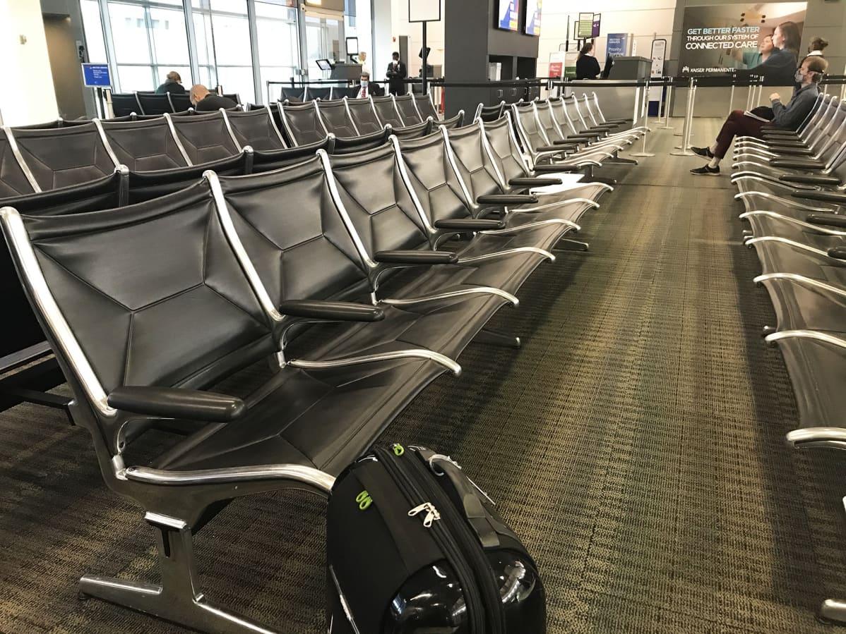 Tyhjä lentoaseman odotustila.