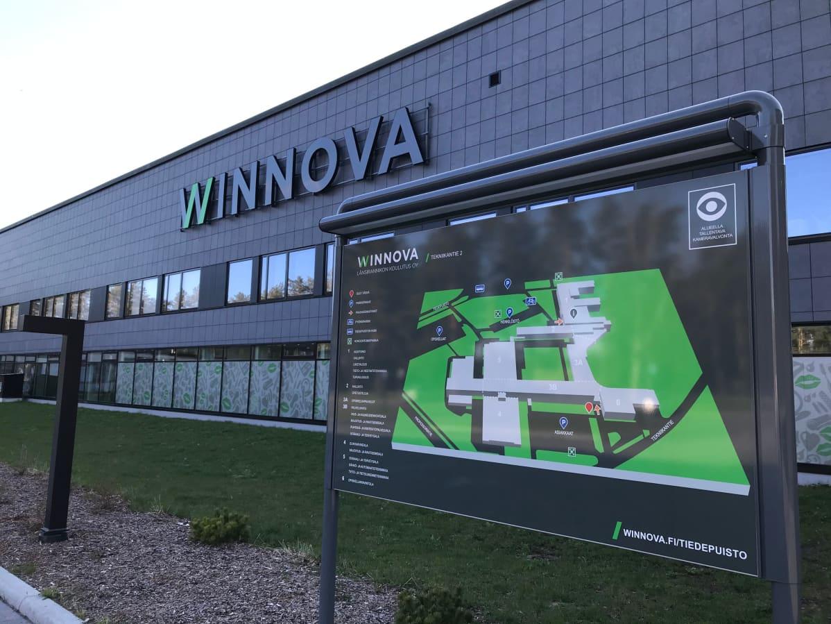 Porin Vähäraumalla sijaitseva ammattioppilaitos Winnovan rakennus. Entinen Teku eli Teknillinen oppilaitos eli myöhempi Satakunnan ammattikorkeakoulun SAMKin tekniikan puolen rakennus.