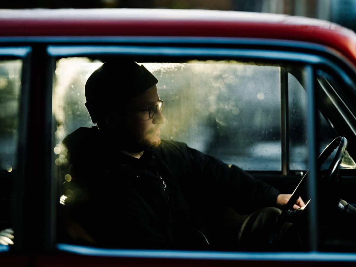 Juho Kuosmanen istuu autossa.