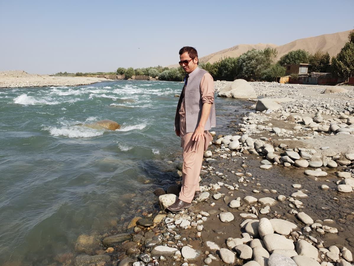 Politiikan tutkija Obaid Ali Takharin maakunnassa syksyllä 2019.