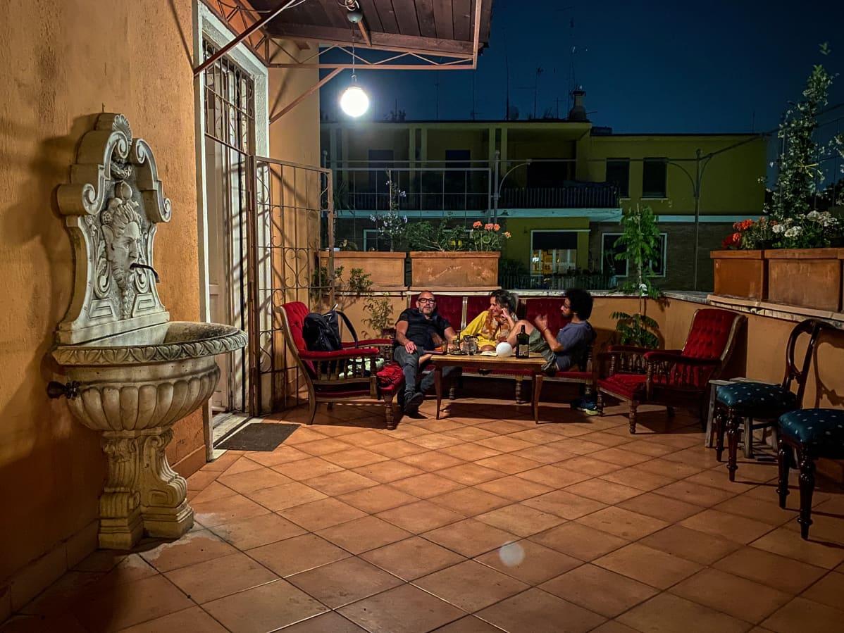 Riikka Vainio viettämässä iltaa pariskunnan kanssa kattoterassilla.