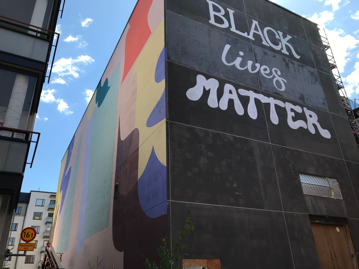 Black lives matters -teksti Mallasjuoman vanhan panimorakennuksen seinässä Lahdessa 3.6.2020.