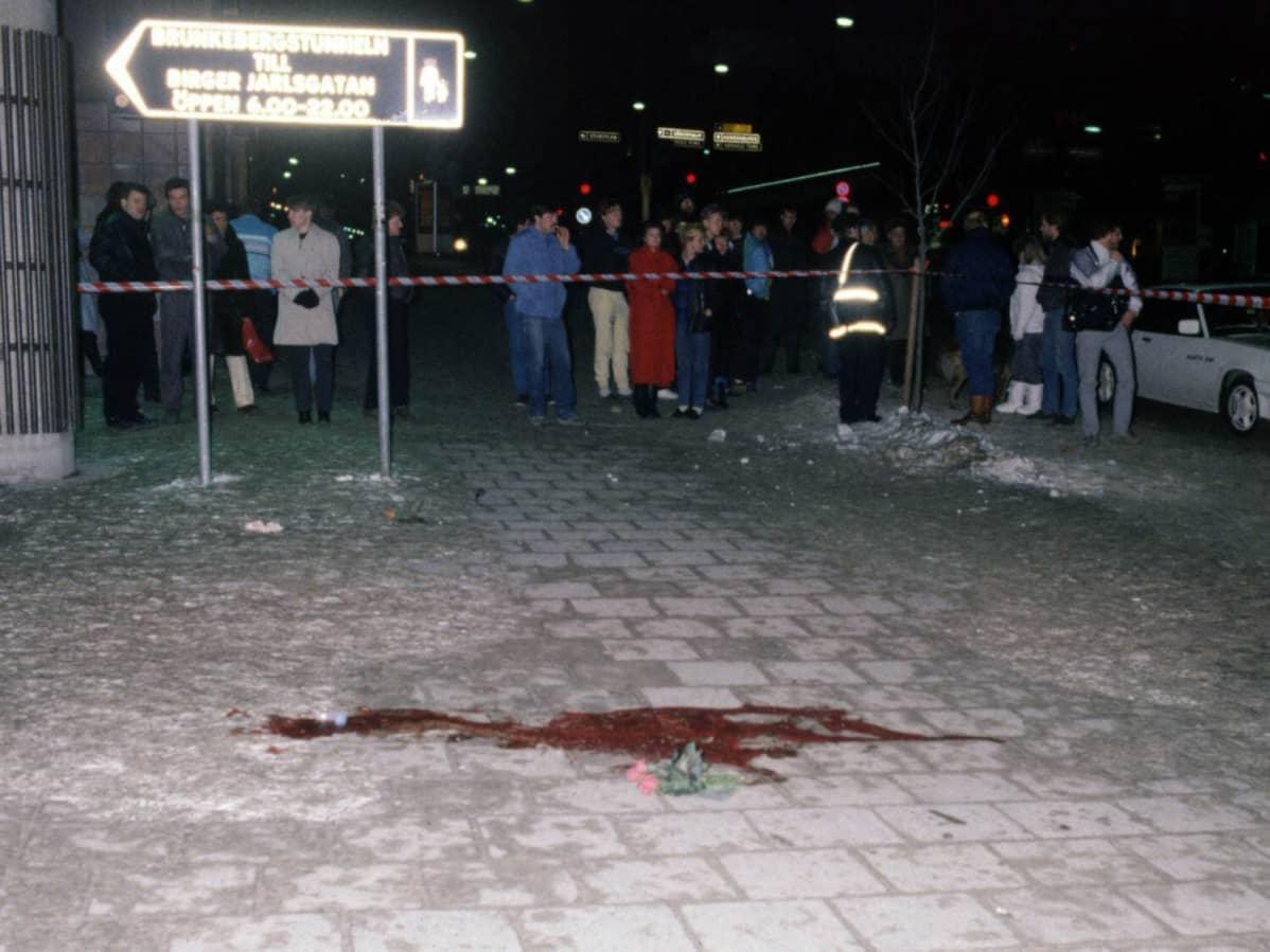 Verta Olof Palmen murhapaikalla Tukholmassa 1.3.1986.