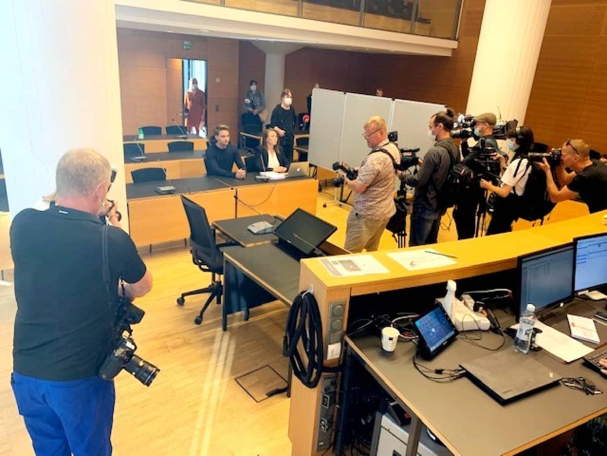 Media sai kuvata oikeussalissa 209 ennen oikeudenkäynnin alkua. Tapaus on saanut paljon julkisuutta.