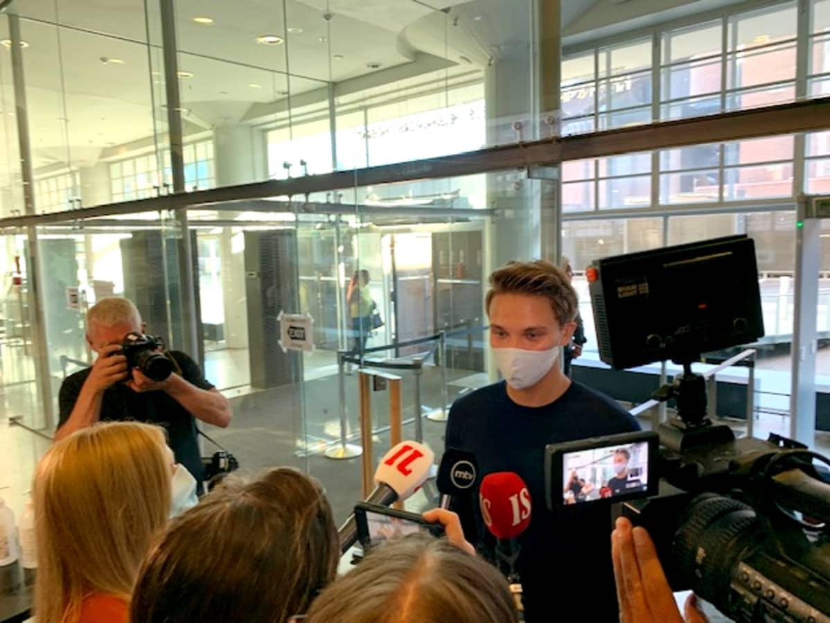 Roope Salminen kommentoi syytteitä lyhyesti medialle saapuessaan Helsingin käräjäoikeuteen.