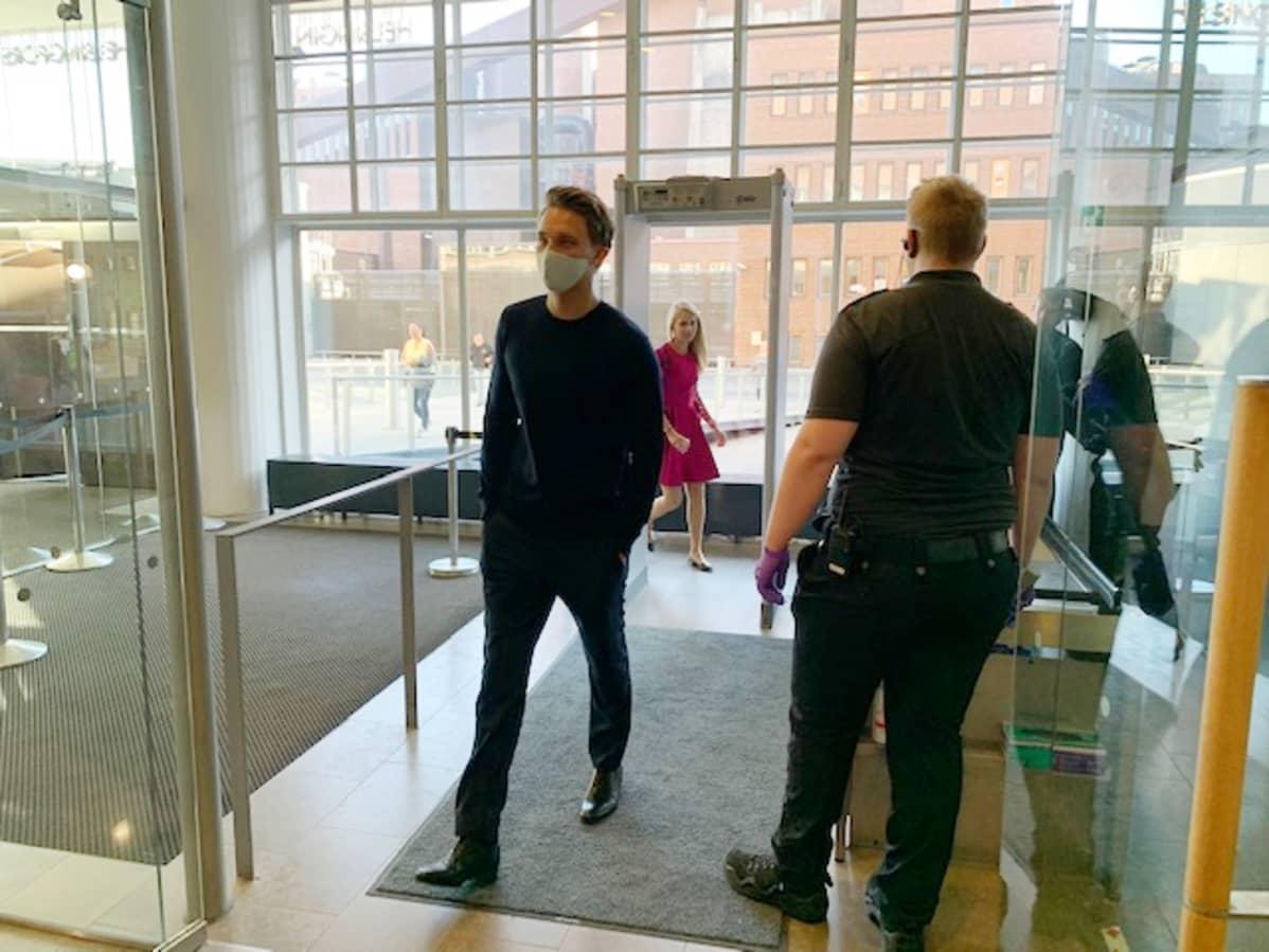 Näyttelijä Roope Salmisen oikeudenkäynti alkoi Helsingin käräjäoikeudessa Salmisaaressa. Oikeustaloon tullaan turvatarkastuksen läpi.
