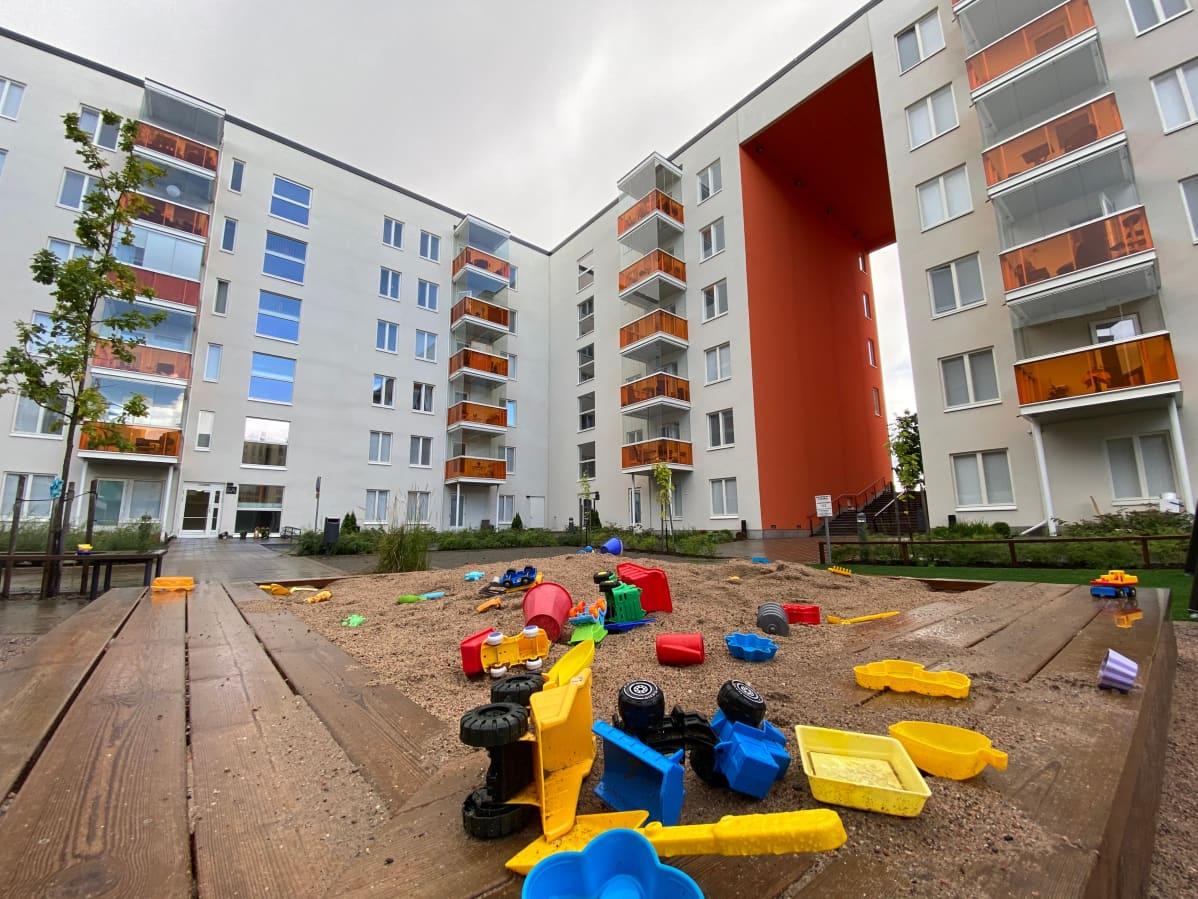 Hiekkalaatikon leluista tutut kirkkaat perusvärit koristavat monia uusia asuinalueita pääkaupunkiseudulla.
