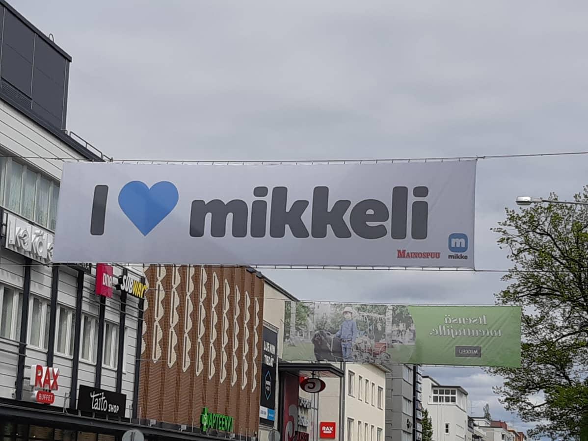 Mikkelin Maaherrankadulla lakana, jossa lukee I love Mikkeli