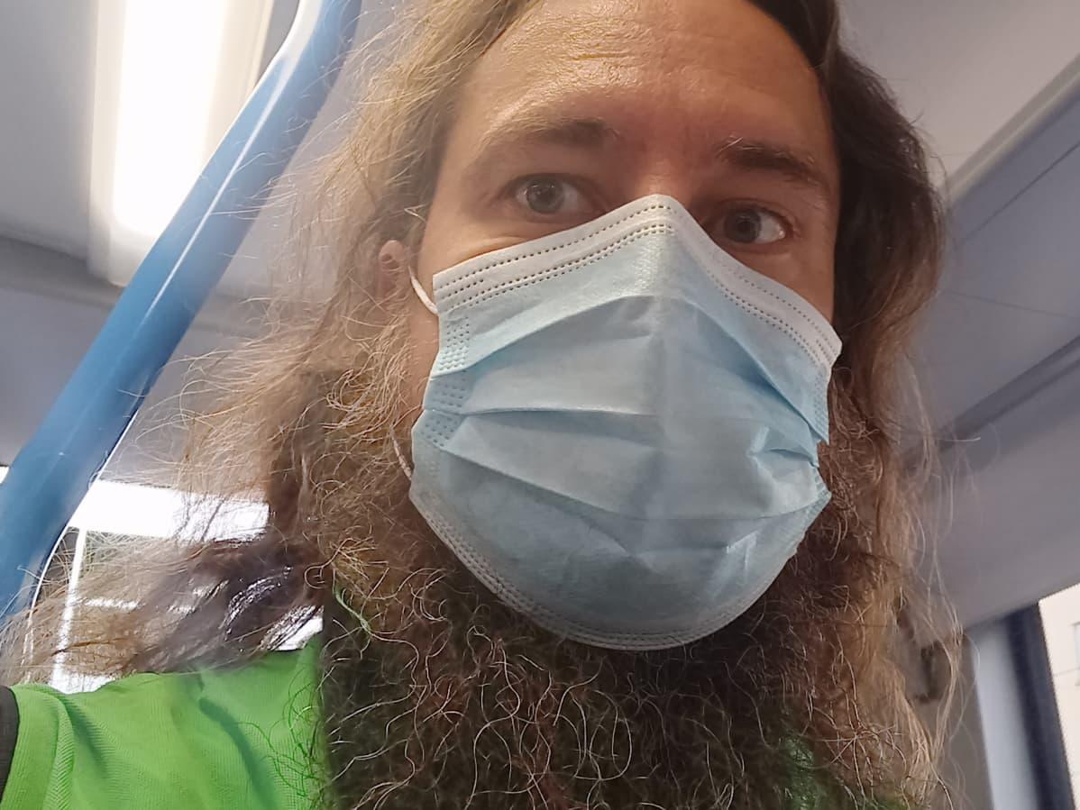 Topi Lajunen kulkee töihin maski kasvoillaan.