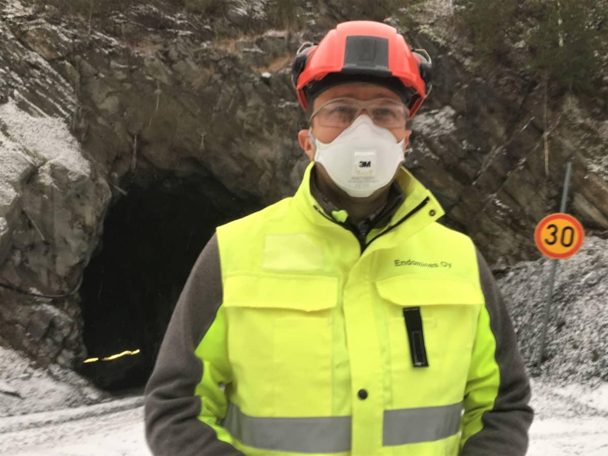 Endomines Oy:n toimitusjohtaja Seppo Tuovinen Pampalon kultakaivoksen tunnelin suulla Ilomantsin Hattuvaarassa.