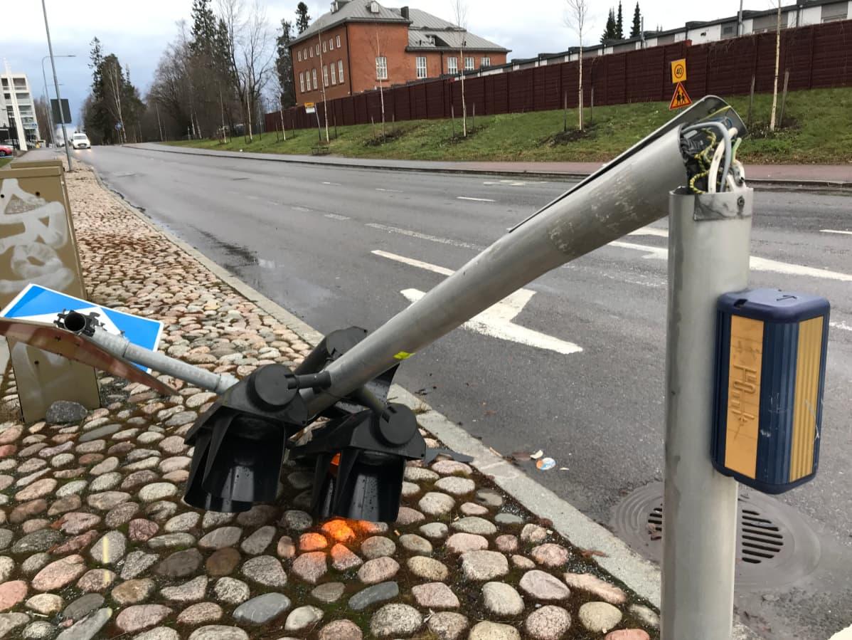Katkennut liikennevalotolppa Lielahtikeskuksen lähistöllä Tampereella.